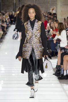 Louis Vuitton Frühjahr/Sommer 2018 Ready-to-Wear - Fashion Shows Fashion Week 2018, Spring Fashion Trends, Spring Summer Fashion, Catwalk Fashion, Vogue Fashion, Ladies Fashion, Louis Vuitton Collection, Unique Fashion, Fashion Design