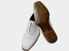 Wir haben uns auf die Anfertigung und Reperatur von Maßschuhen und Schuhen aller Art spezialisiert. Wir fertigen ihre Leisten  und Schuhe in wirklicher Handarbeit auf Maß. Seit vielen Jahren sind wir in Wiesbaden als Fachgeschäft bekannt.   Auch können Sie bei uns alle Arten von Schlüssel nachmachen und fertigen lassen.