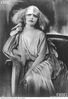 Pola Negri, polska aktorka teatralna i filmowa, międzynarodowa gwiazda kina niemego - fotografia portretowa.
