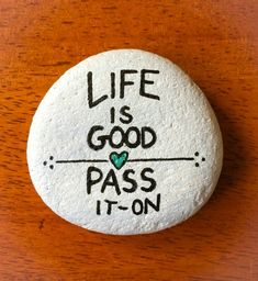 Painted Rocks Quotes - Need inspiration for your next rock painting design? Try inspiring others having an inspirational painted rock quotations! I've included my Best 35 along with over 100 more quotations to your rock painting enjoyment. Pebble Painting, Pebble Art, Stone Painting, Diy Painting, Rock Painting Patterns, Rock Painting Ideas Easy, Rock Painting Designs, Rock Sayings, Rock Quotes
