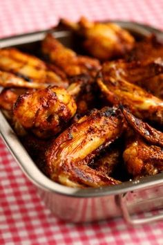 Chicken wings épicés Ingrédients pour 4 personnes : 1 kg d'ailerons de poulet bio ou fermier - 4 cuillères à soupe d'huile d'olive - 1 cuillère à soupe de moutarde - 1 grosse cuillère à soupe de ketchup - 1 cuillère à soupe bombée de paprika - 1 petite cuillère à café de piment de Cayenne (ou de piment d'Espelette en poudre) - 1 cuillère à café de sel Cooking Chicken Wings, Chicken Steak, Chicken Wing Recipes, Fried Chicken, Tandoori Chicken, Cooking With Kids Easy, Grilled Wings, Drumstick Recipes, Savoury Dishes