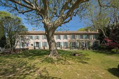 Michaël Zingraf Real Estate Christie's brings to you an authentic estate placed in a magnificent park. Spacious living areas, lush greenery make up this Provencal property.  #Sale #Salon-de-Provence #Historic #Authentic