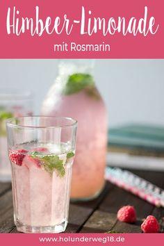 Selbst gemachte Limonade ist ein perfekter Sommerdrink! Diese Himbeer-Rosmarin-Limo ist fruchtig-frisch und ganz einfach selbst gemacht mit diesem Rezept. Du benötigst nur fünf Zutaten für die selbstgemachte Limo. Der Himbeer-Rosmarin-Sirup ist auch ein tolles Grundrezept für weitere Getränke wie Himbeerschorle, Himbeer-Eistee, Cocktails, ... #getränk #rezept #limonade #himbeeren #selbstgemacht