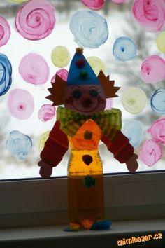Veselí klauni z PET lahví Stačí barevné nebo bílé pet lahve,jakéhokoliv tvaru,potravinářské barvivo,barevné a krepové papíry,tavnou pistolku a dobrou náladu. Pet lahve naplníme vodou,pokud nemáme barevnou,obarvíme si jakoukoliv barvou,která se nám líbí potravinářským barvivem.A pak už jen vytvoříme svého klauna.Hlavu,čepici,vlasy,bambulky ,mašli,ruce a nohy,vše přilepíme tavnou pistolkou nebo by šlo oboustrannou lepící páskou.Ale pokud si s nimi budou děti hrát,je lepší tavná pistolka.