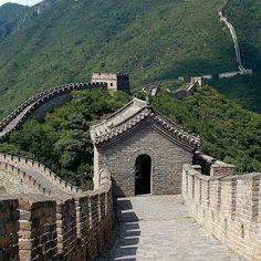 Čínsky múr je jednoznačne naznámejšia pamiatka tejto veľkej krajiny. Prechádzka po niektorej z jeho častí je zážitkom, ktorý sa oplatí absolvova