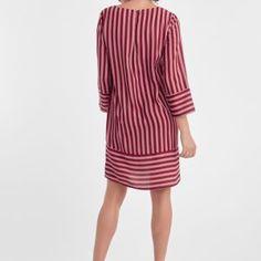 031e9164b22551 Dit bordeaux-rode jurkje van DryLake heeft verticale strepen in oudroze  tinten. De strepen