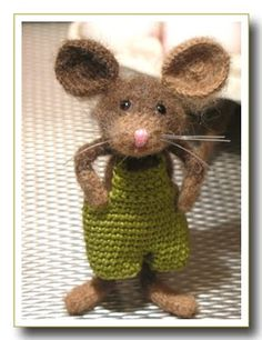 Cute mouse ami inspiration - love, love, love the overalls! Knitted Animals, Needle Felted Animals, Felt Animals, Needle Felting, Crochet Mouse, Cute Crochet, Crochet Dolls, Simple Crochet, Animal Knitting Patterns