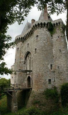 Montmuran Castle in Broceliande, France used - centuries Vila Medieval, Chateau Medieval, Medieval Castle, Beautiful Castles, Beautiful Buildings, French Castles, Château Fort, Famous Castles, Castle In The Sky