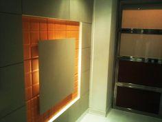 Tabique separador de ambientes a la entrada de un hogar con una placa flotante e iluminación LED. Más info: http://www.serastone.com/actualidad/tabique-separador-de-ambientes-serastone/