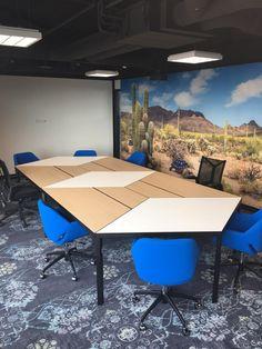 Trigon tafels in een vergaderruimte. @Lande 13&9 Design Workplace, Corner Desk, Conference Room, Furniture, Design, Home Decor, Corner Table, Decoration Home, Room Decor