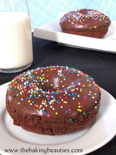 Gluten-free baked chocolate doughnuts by www.thebakingbeauties.com