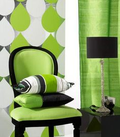 Cojines, silla y cortinas combinados en verde y negro. Sobrio y con estilo. #tapiceria