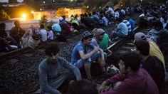 Flüchtlinge warten in der Nähe von Budapest auf Busse: Österreich und Deutschland haben zugesagt, hu... - dpa