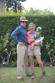 If you're thinking of matching Halloween costumes for couples, there are various styles. Usually the spooky holiday tends to bring out lots of people appearing in outrageous costumes. Save this Jurassic Park Halloween family costume idea. Halloween Bebes, First Halloween Costumes, Hallowen Costume, Baby Costumes, Halloween 2018, Holidays Halloween, Costume Ideas, Dino Costume, Halloween Outfits
