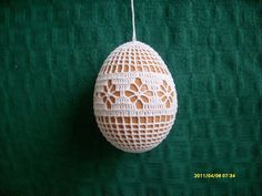 In the year Easter Sunday fall on April 5 and here is a beautiful crochet idea: Found here: http:& Holiday Ornaments, Holiday Crafts, Christmas Bulbs, Doily Patterns, Crochet Patterns, Stitch Patterns, Easter 2015, Crochet Snowflakes, Easter Crochet