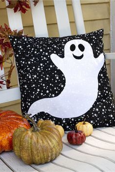Ghost Pillow Cover from BLOCK Magazine - - Ghost Pillow Cover from BLOCK Magazine cojines de halloween Halloween Quilts, Moldes Halloween, Halloween Fabric Crafts, Halloween Sewing Projects, Adornos Halloween, Halloween Pillows, Fall Crafts, Halloween Decorations, Diy And Crafts