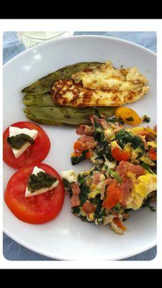 Desayuno saludable, huevo con espinaca, rebanadas de tomate con queso fresco y nopales asados