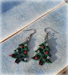 Paper Christmas Tree Earrings Paper Christmas Tree Earrings by APaperDayDream on Etsy Paper Quilling Earrings, Paper Quilling Flowers, Paper Quilling Designs, Quilling Paper Craft, Quiling Earings, Free Quilling Patterns, Paper Jewelry, Paper Beads, Christmas Tree Earrings