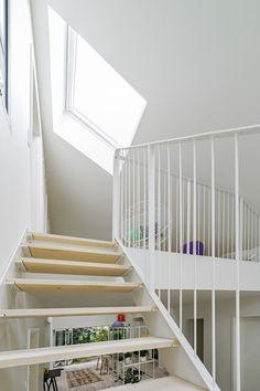 Zimmer Eines Schönen Contaier Hauses Mit Weißen Wänden Und Treppe