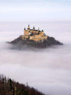 Castelo Hohenzollern, localizado em Stuttgart, estado de Baden-Württemberg, na Alemanha. É um palácio fortificado que foi a residência dos condes suábios a partir da primeira metade do século XI. A família Hohenzollern chegou ao poder durante a Idade Média, tendo governado o Reino da Prússia, Brandemburgo e o Império Alemão até ao final da Primeira Guerra Mundial.