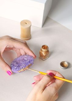diy geode amethyst style crystals grow your own crystals jewel box gold paint box step by step 25 Dazzling Gem and Geode Decor DIYs Grow Your Own Crystals, Growing Crystals, Geode Decor, Borax Crystals, Diy Crystals, Bijoux Design, Jewel Box, Diy Box, Gold Paint