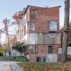 Boston architecture firm NADAAA has remodelled a Washington DC residence by extending the attic, adding large windows, and using plywood sheets to arrange the internal layout. Architecture Résidentielle, Contemporary Architecture, Brick Detail, Brick Building, Brickwork, Exposed Brick, Exterior Design, Plywood Sheets, Bricks