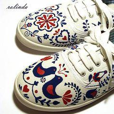Slovenský folklór - modročervený Painted Clothes, Painted Shoes, Goddess Art, Moon Goddess, Sharpie Shoes, Principles Of Art, Folk Embroidery, Orthodox Icons, Renaissance Art