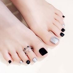Semi-permanent varnish, false nails, patches: which manicure to choose? - My Nails Feet Nail Design, Toe Nail Designs, Cute Toe Nails, My Nails, Black Toe Nails, Jamberry Nails, Manicure E Pedicure, Black Pedicure, Feet Nails