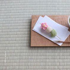 today, I made japanese confectionery nerikiri which express OHANAMI▫️▫️▫️▫️▫️▫️▫️▫️▫️▫️▫️▫️▫️▫️▫️▫️▫️▫️▫️▫️▫️▫️ こんばんは٩꒰๑• ̫•๑꒱۶♡ . 今年は桜の開花がかなり早いらしいですが、 なんとかまた今週末も,お花見が可能? かも?なんだそうです。 . もう行かれましたか? . 私は先週末、四谷の土手沿いの桜を見に行ってきたのですが、 珍しく花冷えもしなくて、風も強くなくて、 ほんと、花粉で目がかゆい以外は最高のお花見日和でした . さてさて、そんなこんなで毎日の様に桜桜、、 . で、今日はなんちゃって「お花見だんご」を、練り切りで作りました。 . 以前先端のピンクのお団子を桜の形にしているお団子を見たことがあったので、 それを練り切りで再現してみました。 せっかくなので、緑も葉っぱに変えました。 . 3つも付いているけど、一つづつ白あんを包んであって、三つ合わせて練り切り一つ分の分量で(42g)作りました . . 敷き板....#ふるいと Japanese Candy, Japanese Sweets, Japanese Food, Uji Matcha, Japanese Wagashi, Tea Culture, Moon Cake, Sweet Tea, Miniature Food