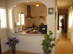 Cocina con barra americana abierta al comedor, completamente reformada. www.alfapaterna.com