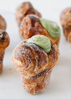 matcha cruffins Cruffins are muffin-shaped croissants, if you didn't know. Green Tea Recipes, Sweet Recipes, Cruffin Recipe, Cake Cookies, Cupcakes, Just Desserts, Dessert Recipes, Matcha Dessert, Croissants