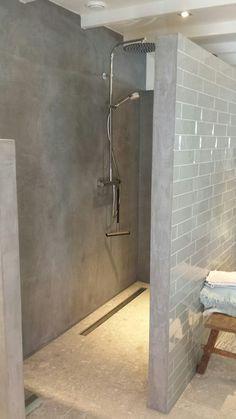 Badkamer met vt wonen tegels en beton cire