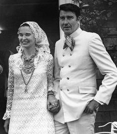 Gloria Vanderbilt marries Wyatt Cooper, parents of journalist Anderson Cooper. Celebrity Wedding Photos, Wedding Pics, Celebrity Weddings, Celebrity Pictures, Wedding Gowns, Gloria Vanderbilt, Vanderbilt Houses, Anderson Cooper, Robert Mapplethorpe