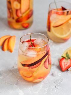 White Wine Sangria, Peach Sangria, Cherry Cocktails, Sangria Cocktail, Summer White Sangria Recipe, Peach Vodka Drinks, Fall Sangria, Cocktail List, Alcohol Drink Recipes