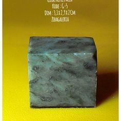 Batu Permata Giok Aceh Asli  Dims : 3,1 x 2,9 x 2 Cm Crystal System : Monoclinic Colour : Light to Dark Form/Habit : Massive Hardness : 6,5 to 7,5 MoHs Lustre : Dull to Waxy Streak : White Origin : Aceh  Harga diatas adalah harga nett. Ongkir Ditanggung Pembeli. Spesimen Batu Giok Nefrit Aceh ini dapat anda jadikan dua permata ukuran jumbo atau empat ukuran sedang untuk keluarga, teman dan orang yang dicintai.  Investasikan nilai rupiah anda yang terus merosot ke dalam batu permata giok aceh…