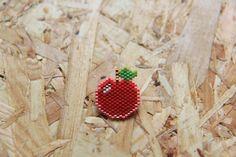 Broche pomme en perles Miyuki delica - rouge, vert, rose - tissage brick stitch : Broche par pierrot-et-henriette