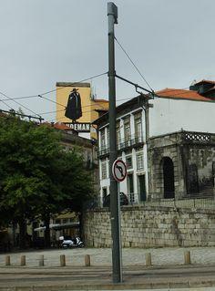 Sandeman mural in Porto, Portugal | Mooistestedentrips.nl