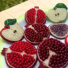 Pin on bordados Pin on bordados - DIY Schule Bead Embroidery Jewelry, Shirt Embroidery, Beaded Embroidery, Embroidery Stitches, Fun Crafts, Diy And Crafts, Contemporary Embroidery, Lesage, Diy Ribbon