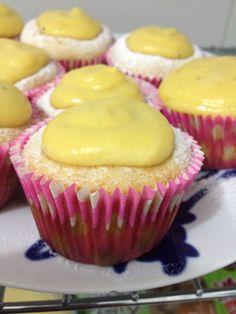 Cupcakes de baunilha com brigadeiro de banana da terra.