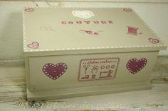 Boite à couture en bois décorée de coeurs roses : Boîtes, coffrets par l-atelier-des-collines