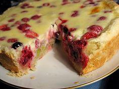 Ingrediente: Pentru aluat: -2 pahare făină; -2 ouă; -4 linguri zahăr tos; -1 linguriță praf de copt; -130 g unt sau margarină. Pentru compoziție: -2 linguri făină; -1 ou; -250 g smântână; -140 g zahăr. Pentru umplutură: -300 g fructe de pădure. Mod de preparare: 1.Spălați fructele de pădure, îndepărtați sâmburii dacă sunt, vărsați apa în plus. 2.Gătiți aluatul. Mixați ouăle cu zahărul, adăugați untul moale și amestecați totul bine. Puneți făina cernută și praful de copt, creați aluatul… Russian Desserts, Russian Recipes, Russian Foods, Fruit Recipes, Baking Recipes, Dessert Recipes, Cooking Forever, Bolet, Breakfast Dessert