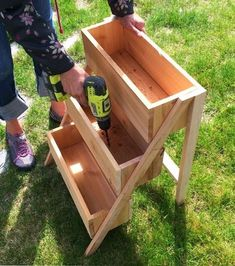 easy tiered planter from cedar fence pickets really simple build plans by ana-white.com  Great for lettuce and other greens.