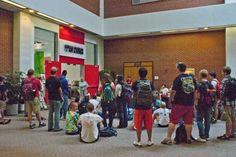 Bryant Holsenbeck explicando el sentido de la instalación y repartiendo las tareas entre los estudiantes