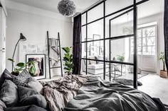 И все-таки согласитесь, стеклянная перегородка — прекрасный вариант оформления пространства при не самой удачной планировке. Площадь этой шведской квартиры 45 кв. м, но окна расположены только на одной стене, поэтому хозяин выбирал из двух «зол»: согласиться на одну общую комнату или сделать отдельную спальню без окон. Но на помощь пришла перегородка — теперь в спальне много света днем …