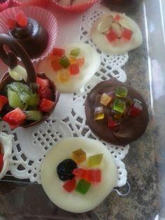 Lagrimas de chocolate con fruta caramelizada.