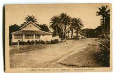 Guinée française Conakry Maisons européennes Type de bungalow que nous habitions en 1953. Pas de clim' mais des vérandas tout autour des trois pièces principales.