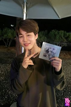 Jimin with his sweet gift from Hobi! Park Ji Min, Vlive Bts, Bts Bangtan Boy, Kim Namjoon, Seokjin, Busan, Jikook, Mochi, K Pop