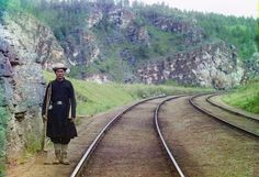 Un operaio incaricato di controllare il funzionamento della Transiberiana, vicino alla città di Ust Katav nella Siberia occidentale, nel 1910. (Prokudin-Gorskii