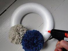 base ronde en polystyrène décorée de pompons collés avec de la colle chaude