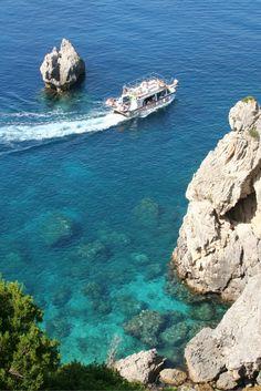 Een week lang genieten op Corfu! Ontdek het eiland! Maak bijvoorbeeld een wandeling door de prachtige natuur of huur een auto en ga met de auto het eiland verkennen. Even een relax dagje? Dan kan je hier ook uitstekend genieten op de fijne stranden en een duik nemen in de zee!